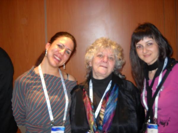 Нобеловка Ада Јонат (у средини), са докторанткињама новосадског ПМФ-а, Маријом Лесјак (лево) и Наташом Стојков (десно)